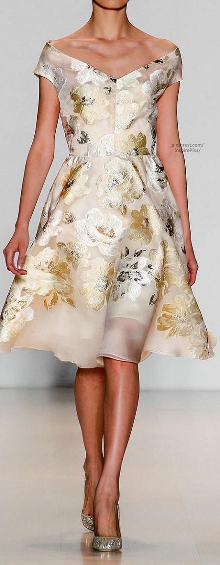 Vestido leve e floral para bodas de ouro , prata ou bronze