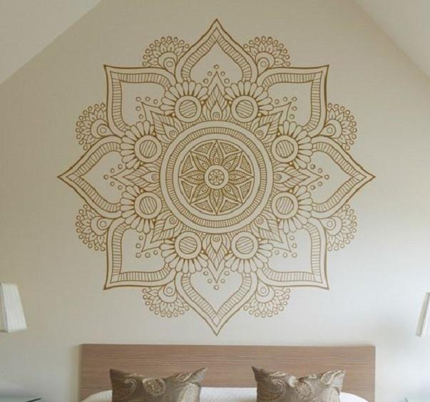 Na parede, adesivos de mandala , decora e harmoniza o ambiente