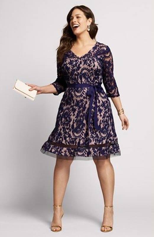 Vestido violeta para festas de fim de ano - plus size