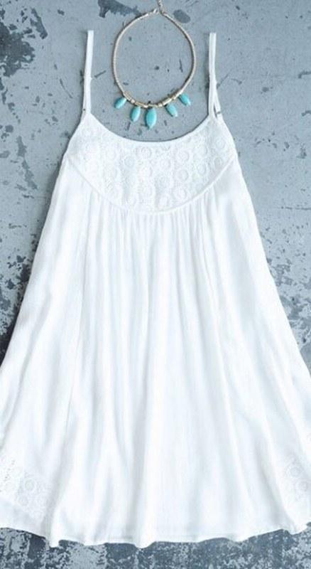 Vestido branco para festa de ano novo na praia - moda anti-idade
