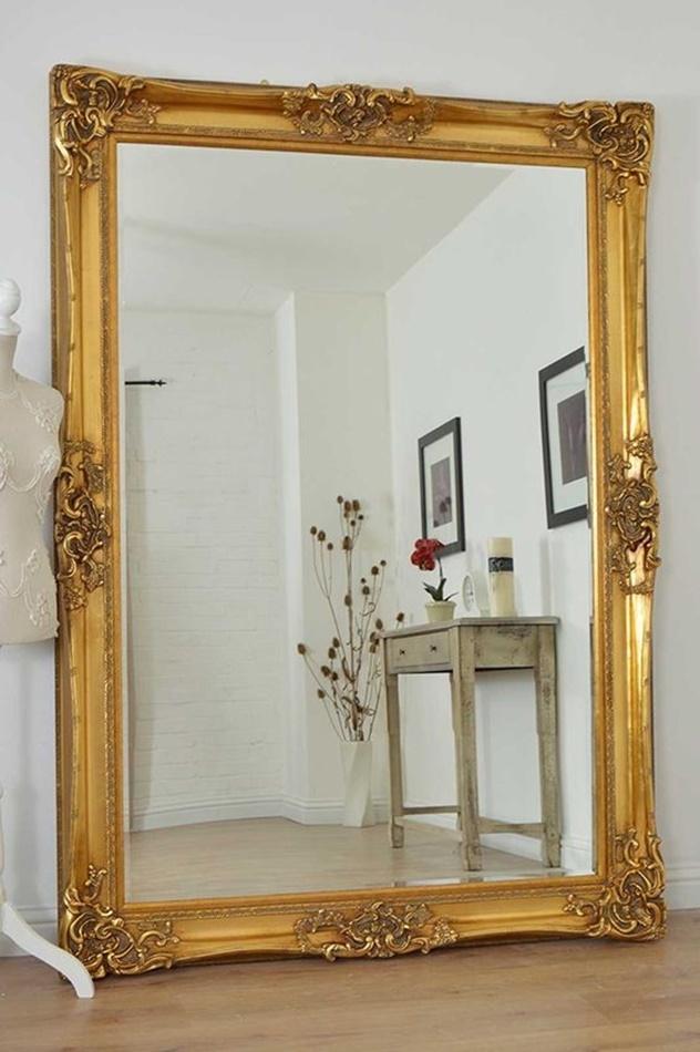moldura dourada para espelho no corredor ou hall