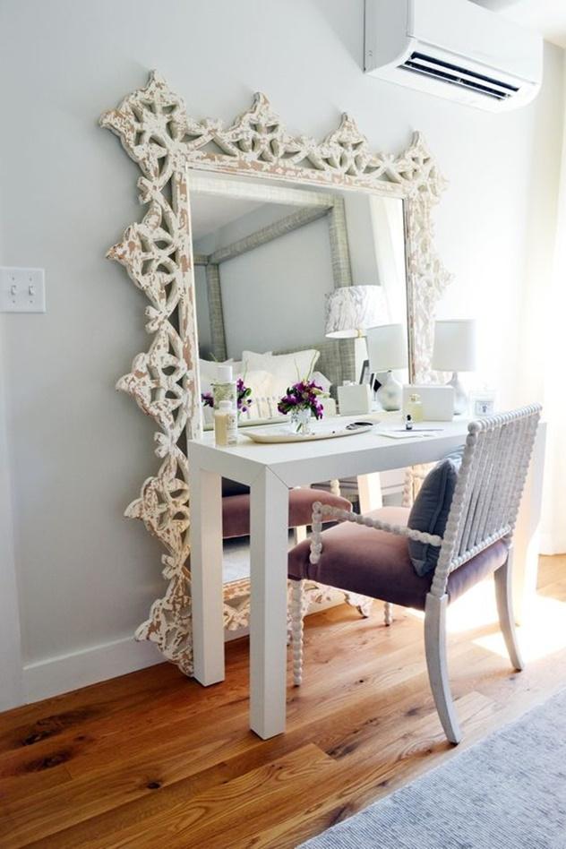 decoração de espelho com moldura para o quarto
