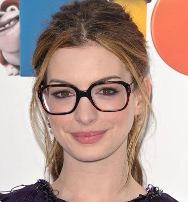 linda com óculos de grau