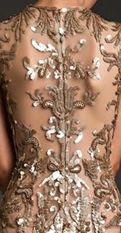 Detalhe das costas do vestido para festa para senhoras