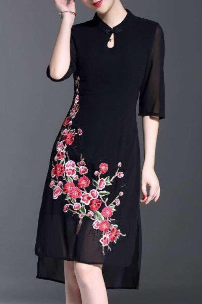 O charme de um detalhe floral no vestido ou blusa