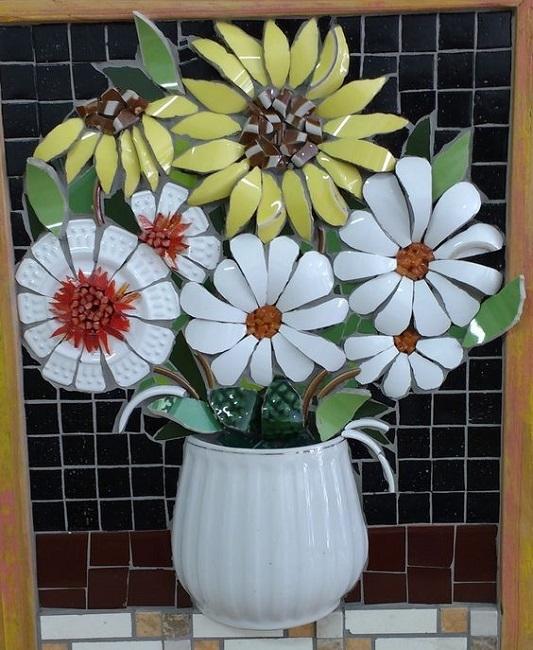 Mosaico com peças de xícaras e louças quebradas - mosaico picassiette
