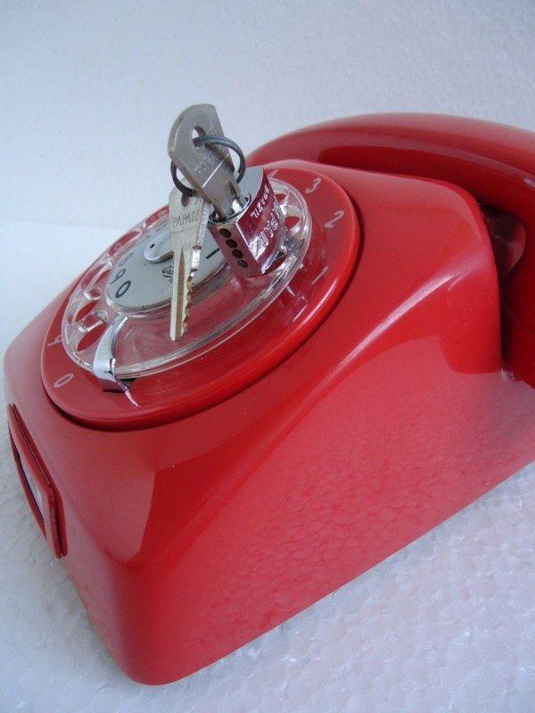 30 de Janeiro - Dia da Saudade - Telefone com cadeado para bloquear ligações