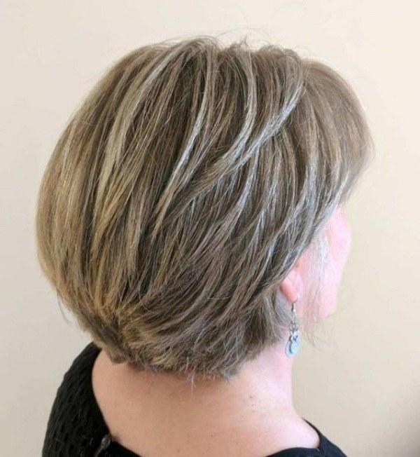 Corte para cabelos grisalhos ou brancos curtos feminino