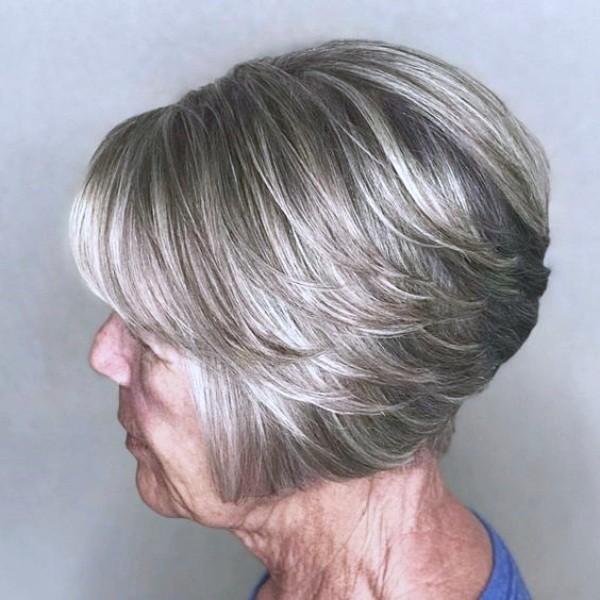 Ideias de cortes curtos e médios para cabelos brancos